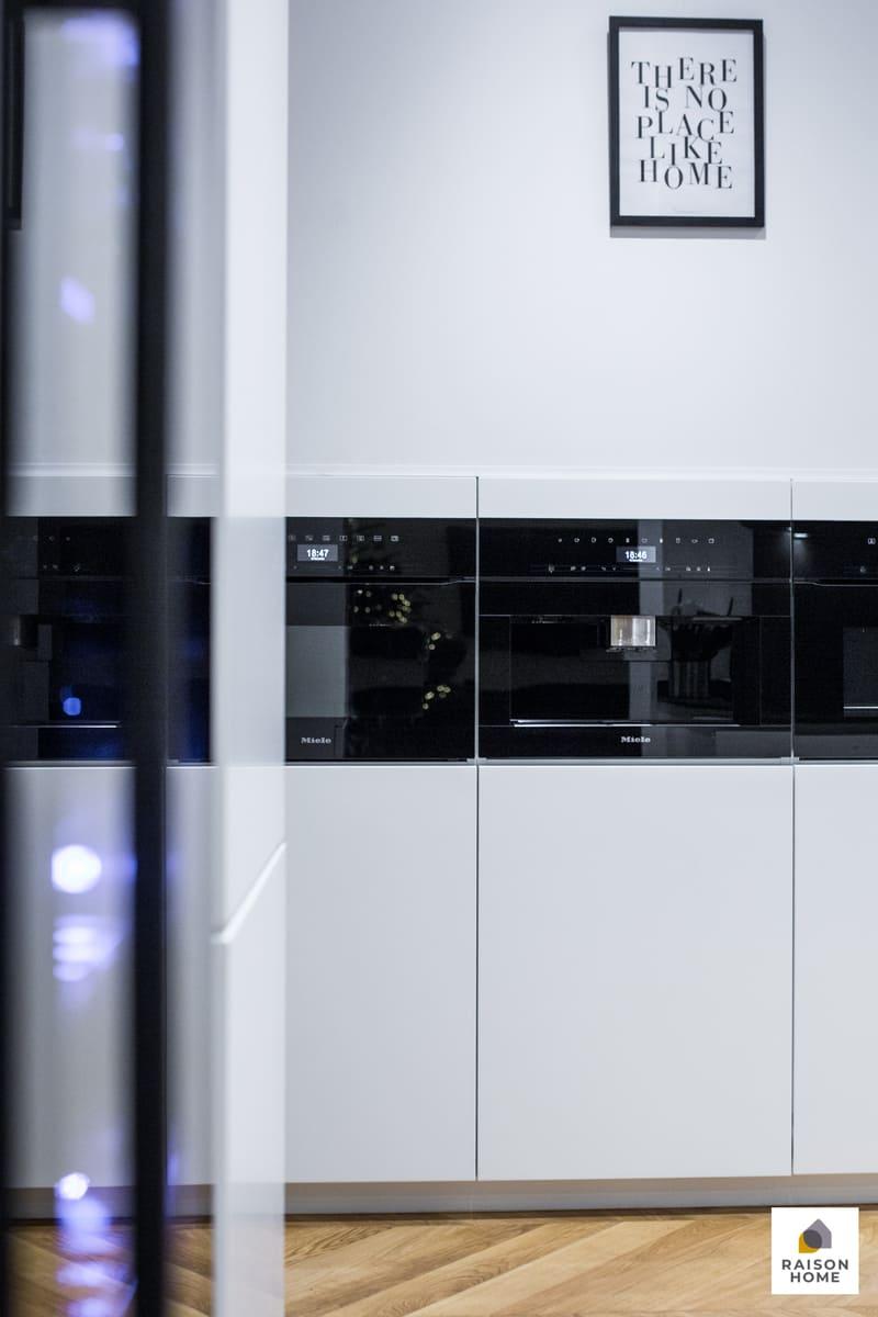 Cuisine sans poignée blanche et noire brillant par Bertrand AUZEMERIE | Raison Home - 7