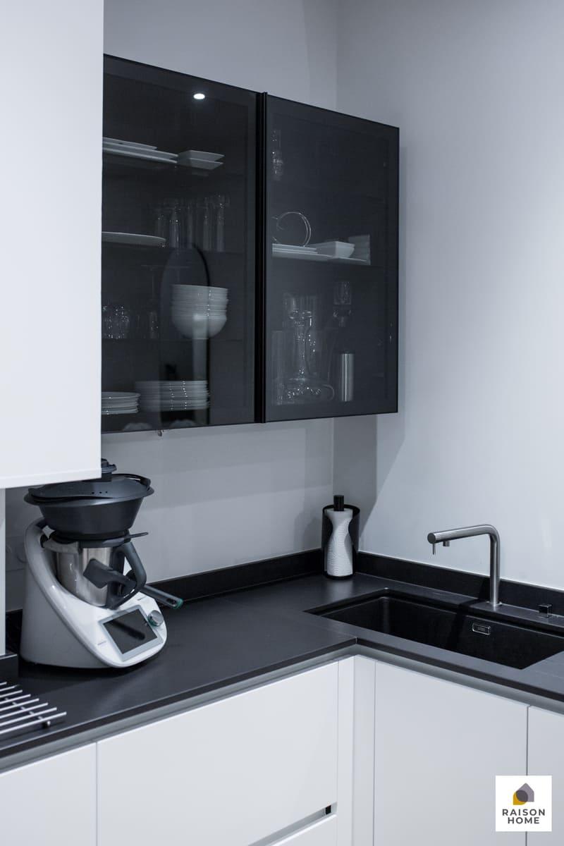 Cuisine sans poignée blanche et noire brillant par Bertrand AUZEMERIE | Raison Home - 8