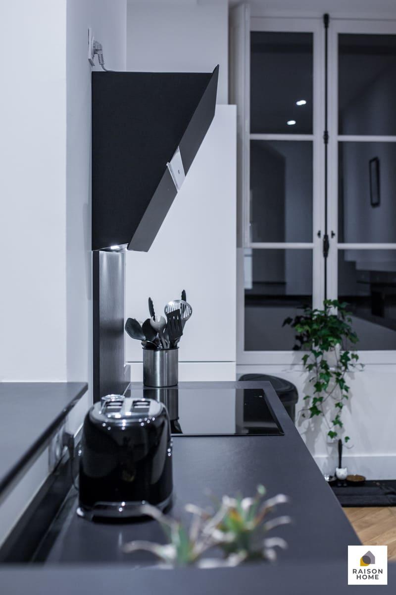 Cuisine sans poignée blanche et noire brillant par Bertrand AUZEMERIE | Raison Home - 9