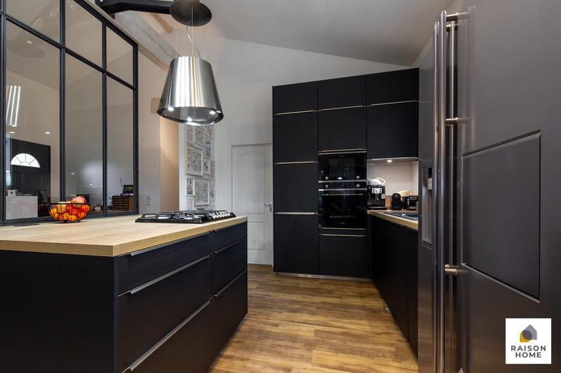 Cuisine moderne noire avec verrière par Betrand AUZEMERIE | Raison Home - 1