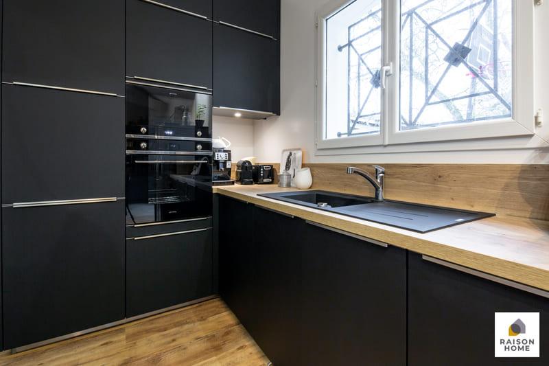 Cuisine moderne noire avec verrière par Betrand AUZEMERIE | Raison Home - 2
