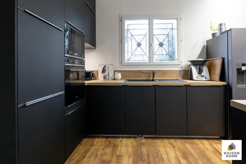 Cuisine moderne noire avec verrière par Betrand AUZEMERIE | Raison Home - 3