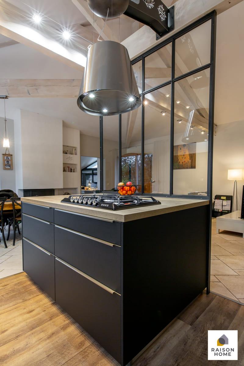 Cuisine moderne noire avec verrière par Betrand AUZEMERIE | Raison Home - 5