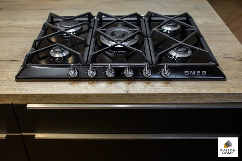 Cuisine moderne noire avec verrière par Betrand AUZEMERIE | Raison Home - 6