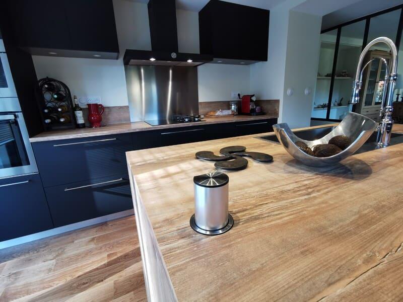 Cuisine noire et bois au style industriel avec îlot central | Raison Home - 2