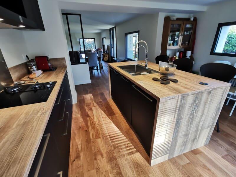 Cuisine noire et bois au style industriel avec îlot central | Raison Home - 3