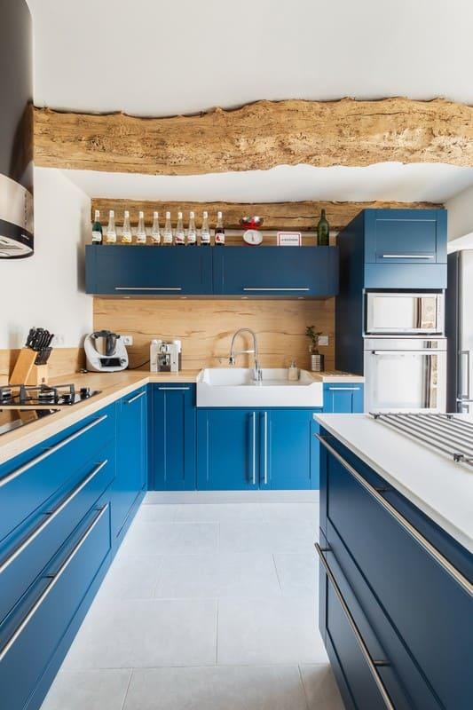 Cuisine en L blanche bois et bleue avec îlot central avec cave à vin intégrée| Raison Home - 4