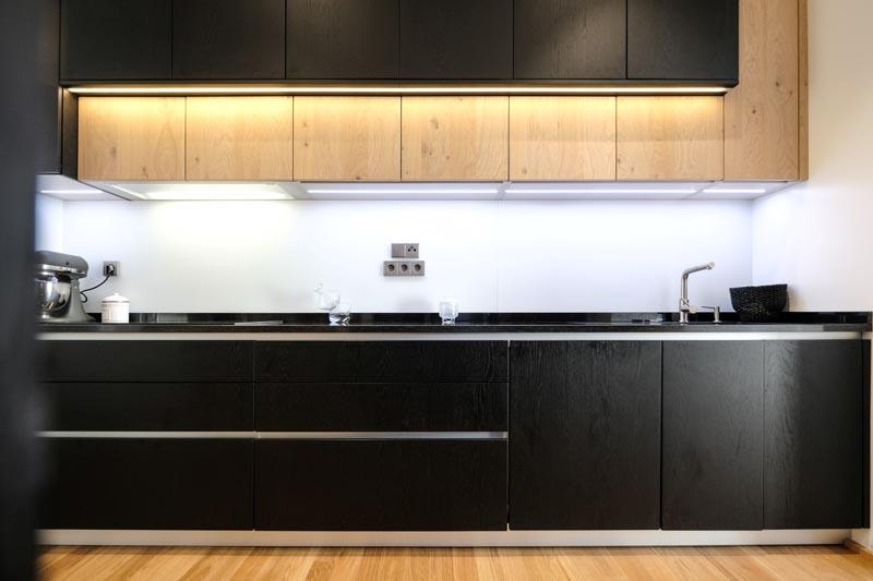 Cuisine ouverte de style moderne bois/noir/beige  par Pascal LAURENCE | Raison Home - 1