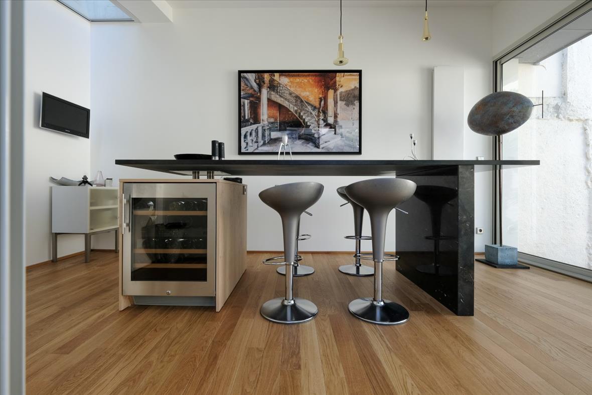 Cuisine ouverte de style moderne bois/noir/beige  par Pascal LAURENCE | Raison Home - 10