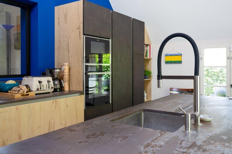 Cuisine spacieuse fermée en L avec îlot central et coin repas | Raison Home - 8