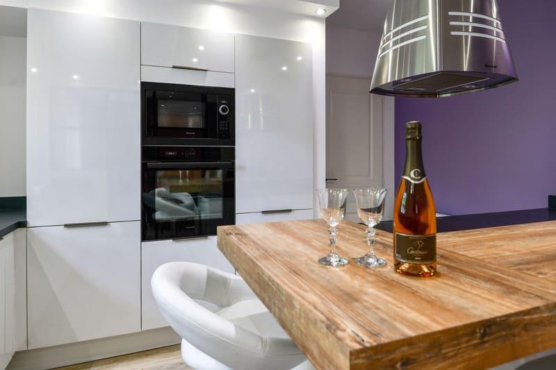 Cuisine contemporaine blanche et violet par Pascal LAURENCE - 8
