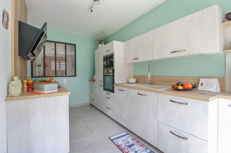 Cuisine blanche et turquoise par Eddy Blatrix - 1