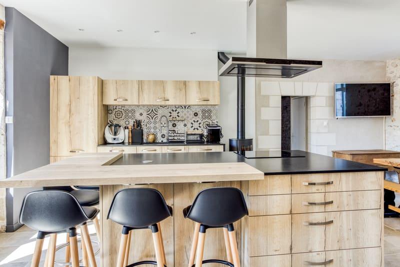 Cuisine en bois avec grand îlot central et espace repas par Eddy Blatrix - 2