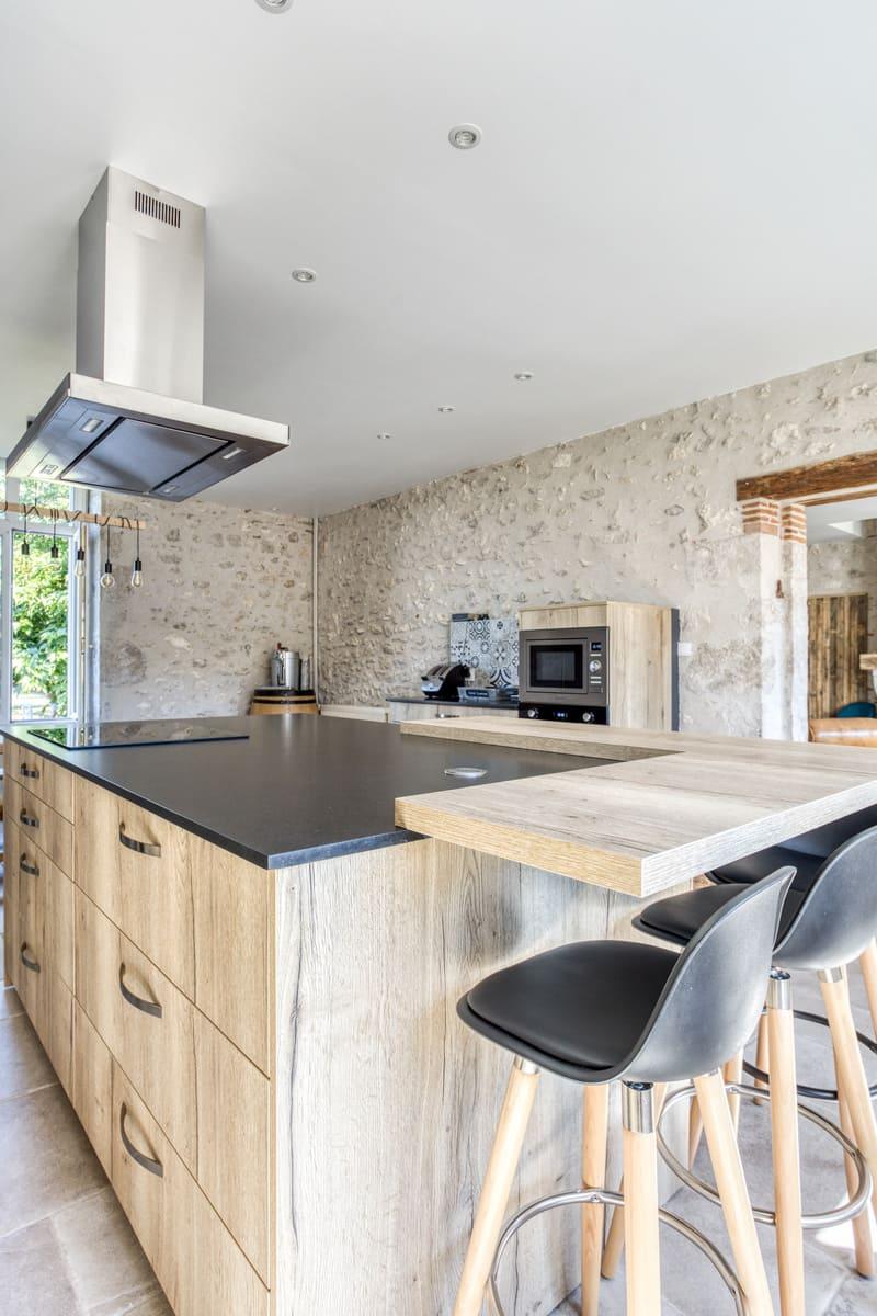Cuisine en bois avec grand îlot central et espace repas par Eddy Blatrix - 8
