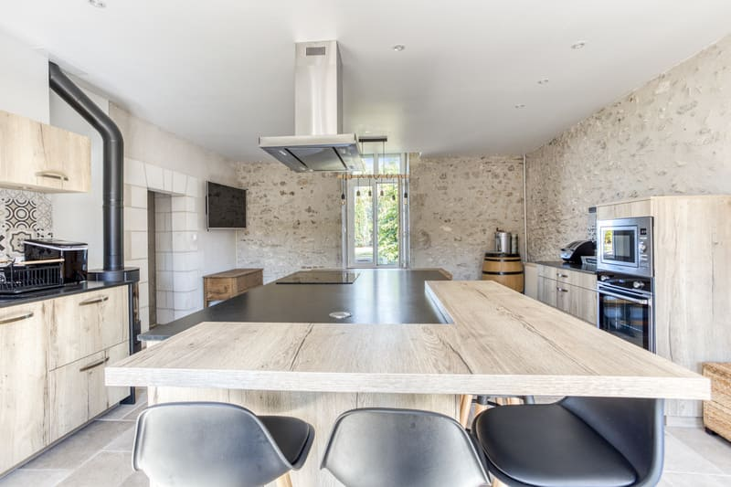 Cuisine en bois avec grand îlot central et espace repas par Eddy Blatrix - 9