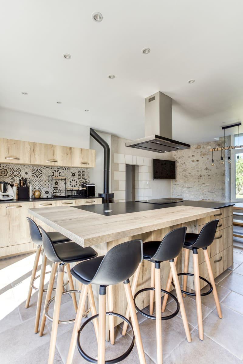 Cuisine en bois avec grand îlot central et espace repas par Eddy Blatrix - 10