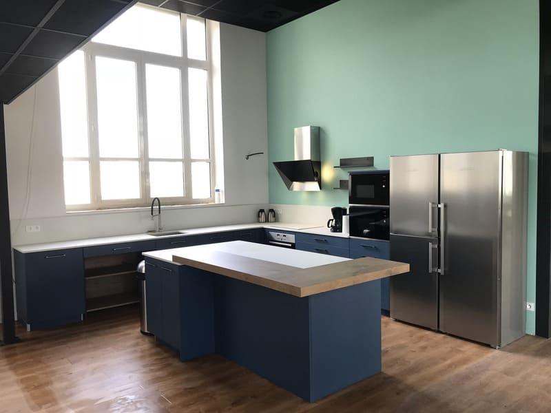 Cuisine ouverte bleue et bois de l'espace Co-Working le HQ à Tours | Raison Hom - 2