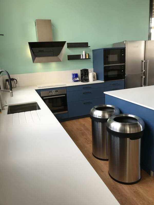 Cuisine ouverte bleue et bois de l'espace Co-Working le HQ à Tours | Raison Hom - 4