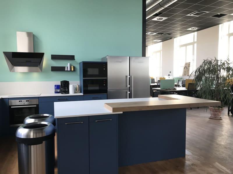 Cuisine ouverte bleue et bois de l'espace Co-Working le HQ à Tours | Raison Hom - 3