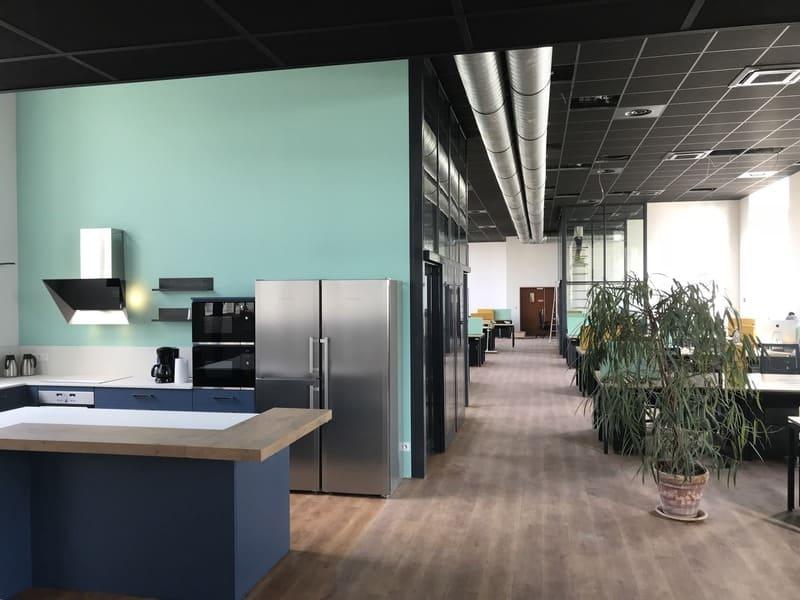Cuisine ouverte bleue et bois de l'espace Co-Working le HQ à Tours | Raison Hom - 1