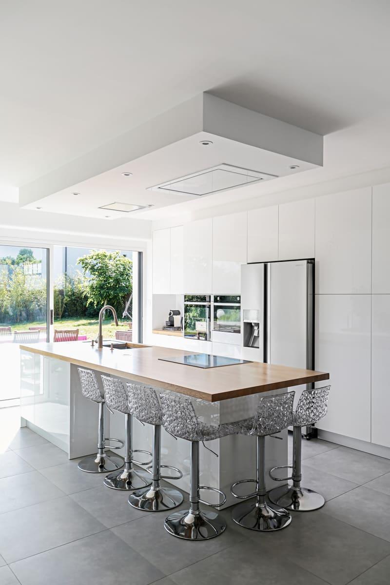 Cuisine moderne blanche avec grand îlot par Pascal LAURENCE - 10