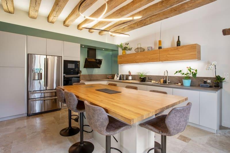 Cuisine ouverte bois et Dekton avec cheminée et poutres | Raison Home - 3