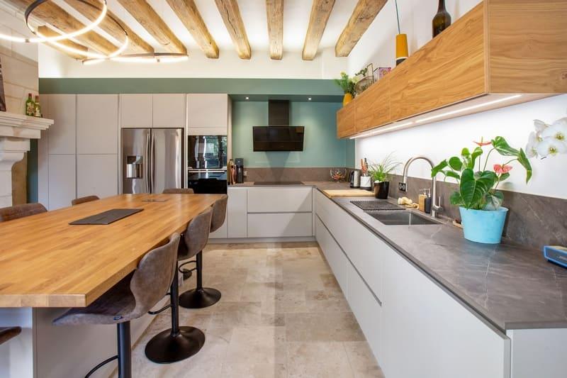Cuisine ouverte bois et Dekton avec cheminée et poutres | Raison Home - 1