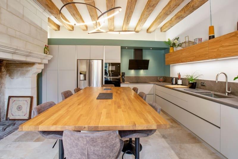 Cuisine ouverte bois et Dekton avec cheminée et poutres | Raison Home - 5