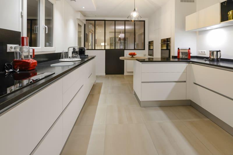 Cuisinesans poignée blanche avec verrière par Pascal LAURENCE - 1