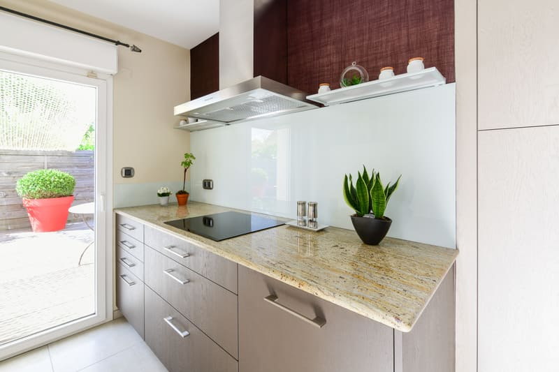 Cuisine grise immitation bois et plan de travail en marbre par Pascal LAURENCE - 2