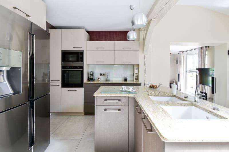 Cuisine grise immitation bois et plan de travail en marbre par Pascal LAURENCE - 1