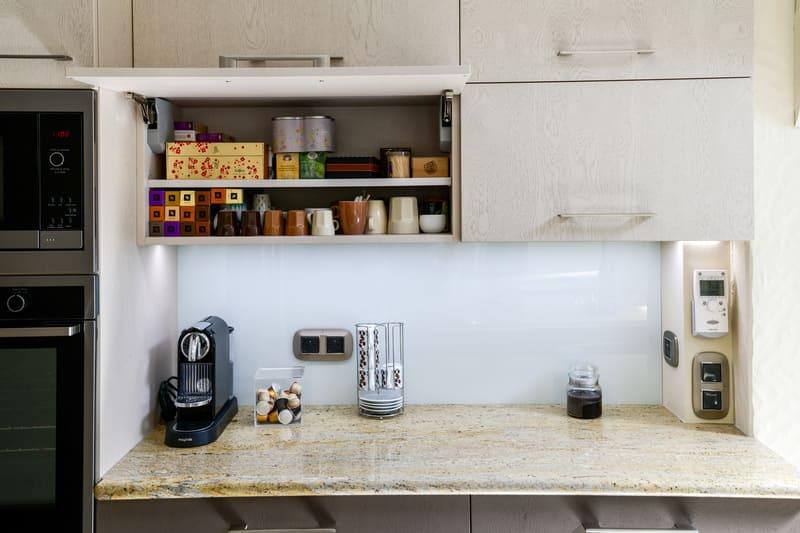 Cuisine grise immitation bois et plan de travail en marbre par Pascal LAURENCE - 6