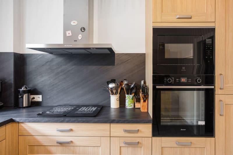 Cuisine façade bois et crédence noire en L par Pascal LAURENCE | Raison Home - 3