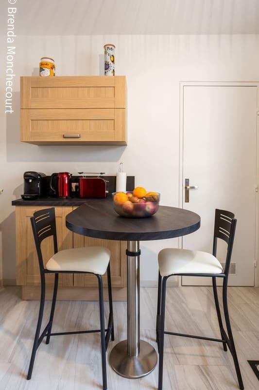 Cuisine façade bois et crédence noire en L par Pascal LAURENCE | Raison Home - 4