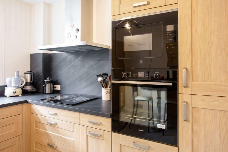 Cuisine façade bois et crédence noire en L par Pascal LAURENCE | Raison Home - 5