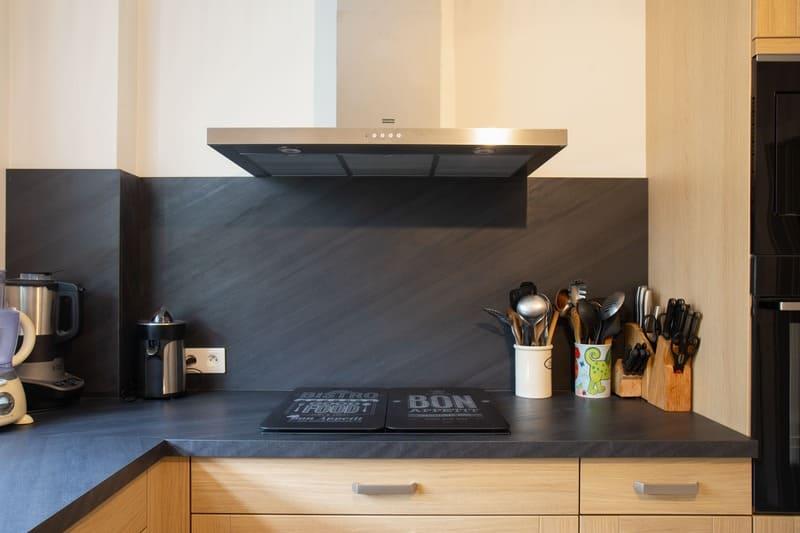 Cuisine façade bois et crédence noire en L par Pascal LAURENCE | Raison Home - 6