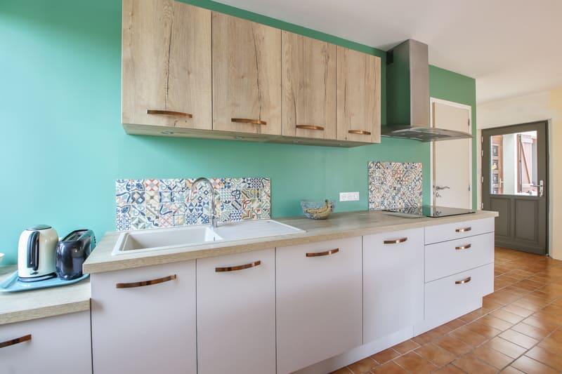 Cuisine contemporaine blanc, bois et vert par Pascal LAURENCE - 7