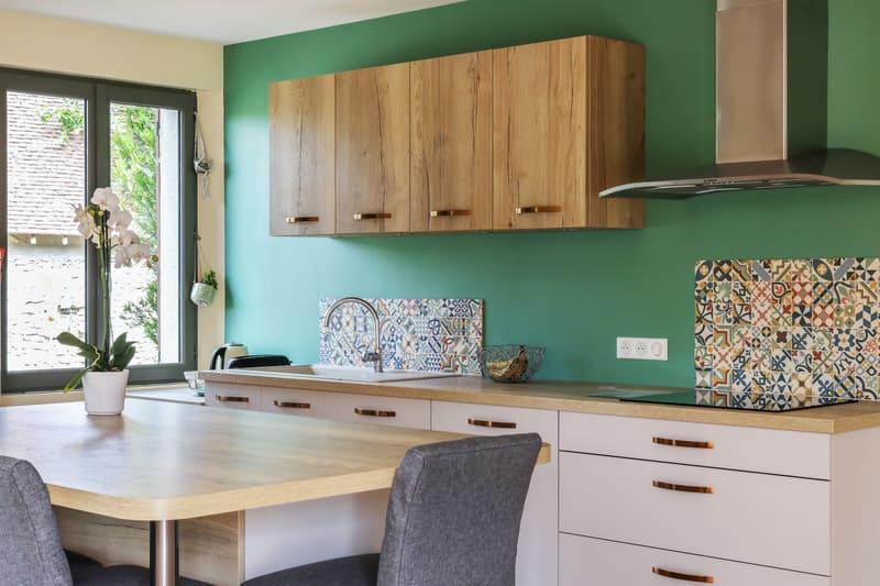 Cuisine contemporaine blanc, bois et vert par Pascal LAURENCE - 9