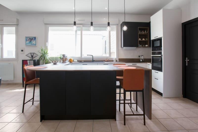 Cuisine blanche et bois façade noire avec îlot en U et coin repas par Pascal LAURENCE | Raison Home  - 3