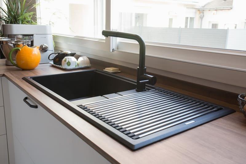 Cuisine blanche et bois façade noire avec îlot en U et coin repas par Pascal LAURENCE | Raison Home  - 6