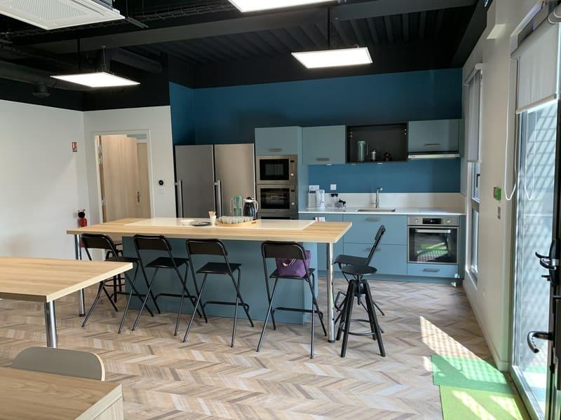 Cuisine ouverte bleue grise et bois avec îlot central et espace Co-Working à Montlouis-Sur-Loire | Raison Home - 1