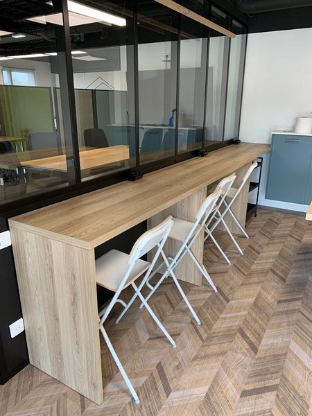 Cuisine ouverte bleue grise et bois avec îlot central et espace Co-Working à Montlouis-Sur-Loire | Raison Home - 4