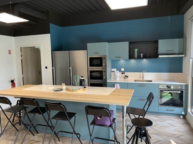 Cuisine ouverte bleue grise et bois avec îlot central et espace Co-Working à Montlouis-Sur-Loire | Raison Home - 2