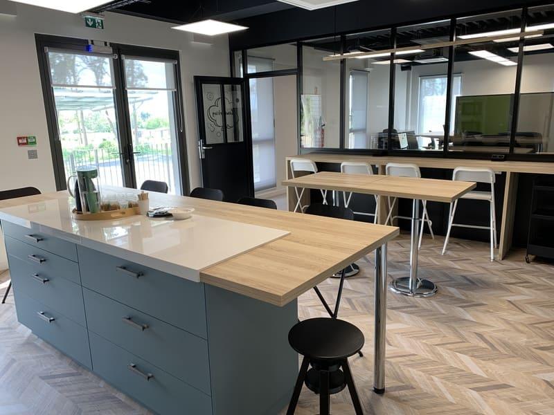 Cuisine ouverte bleue grise et bois avec îlot central et espace Co-Working à Montlouis-Sur-Loire | Raison Home - 3