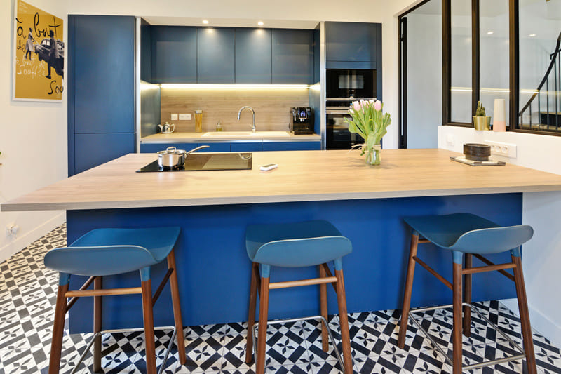Cuisine moderne bleu et bois par Pascal LAURENCE - 1