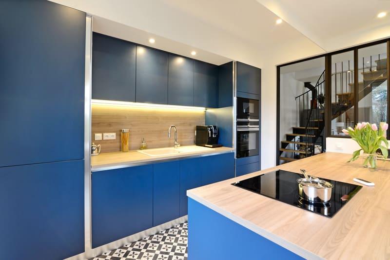 Cuisine moderne bleu et bois par Pascal LAURENCE - 3