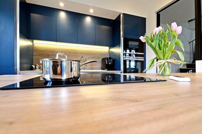 Cuisine moderne bleu et bois par Pascal LAURENCE - 6