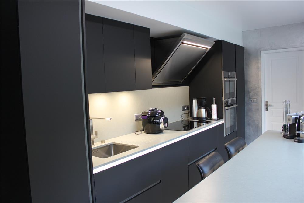 Cuisine ouverte de style moderne noir  par Xavier DARRÉ 1
