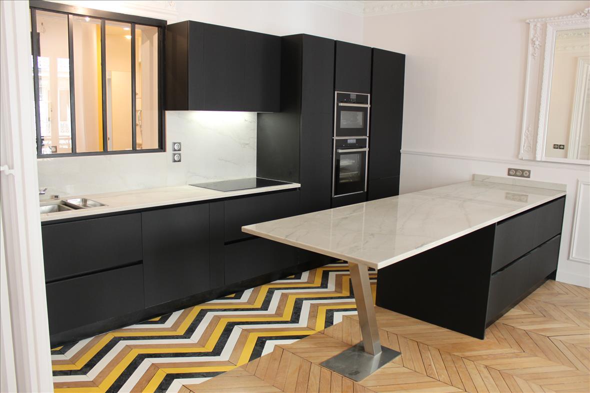 Cuisine ouverte de style moderne noir  par Xavier DARRÉ | Raison Home - 1