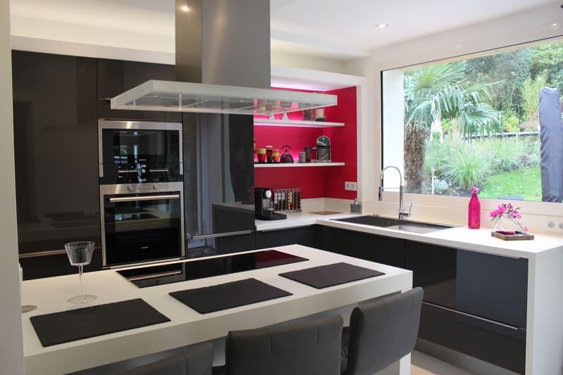 Cuisine contemporaine grise, blanche et rose par Xavier Darré | Raison Home - 1